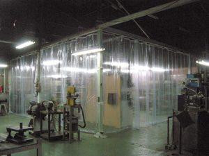 ビニールカーテンを設置しました。出入りが多いところでも、ビニールカーテンなら効率よく空調を保つことができます。